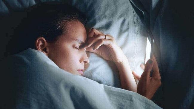 cach cham soc da mat cho nguoi thuc khuya 2 - Cách chăm sóc da cho người thức khuya thường xuyên
